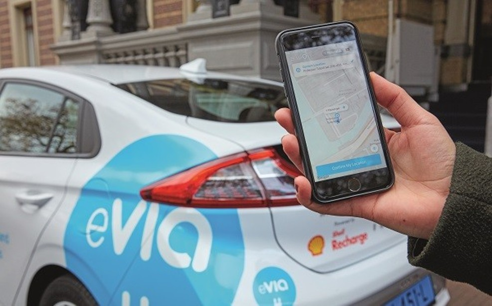 By means of an app, passengers can consciously opt for an electric vehicle for a ride.